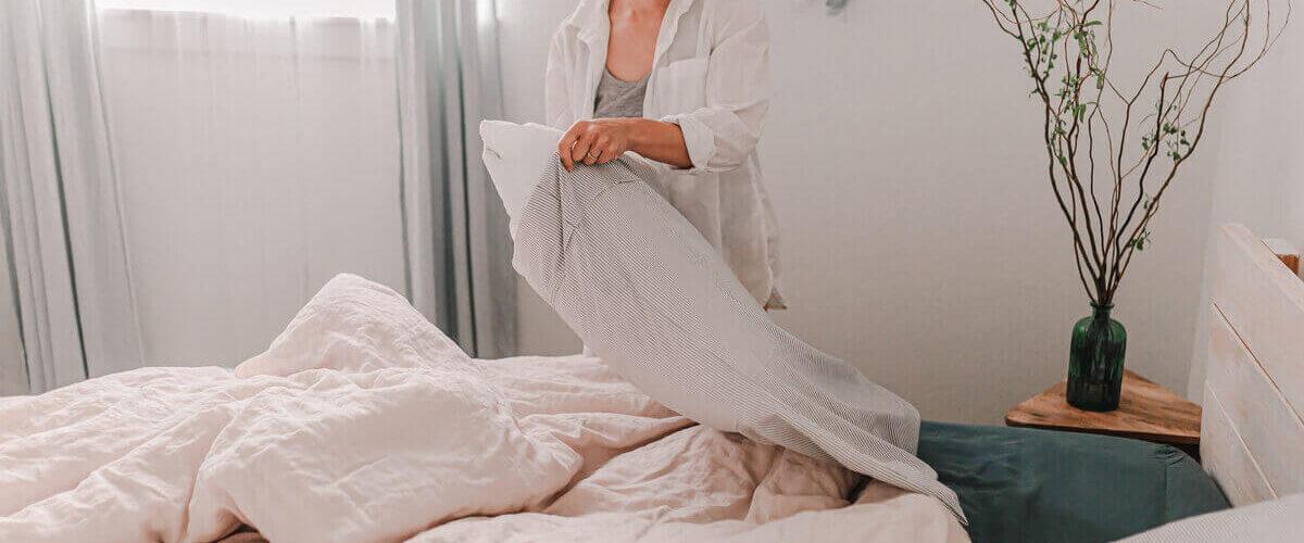 žena na obrázku mění povlečení