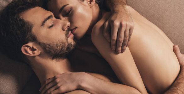 Spát nahý – pár v posteli