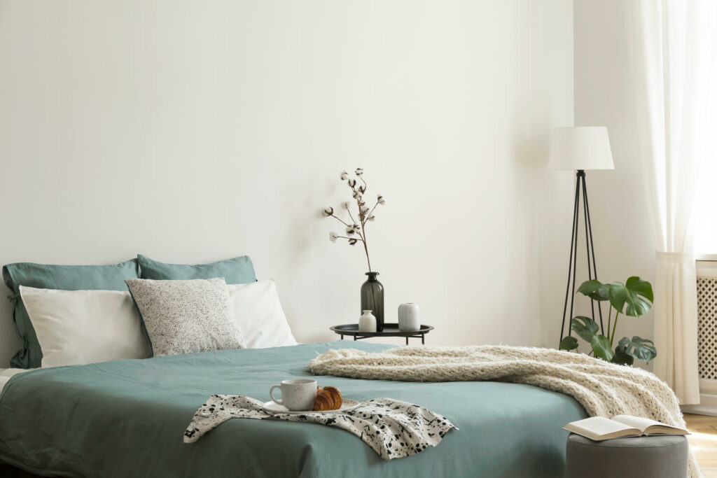 barva do ložnice – šalvějově zelená
